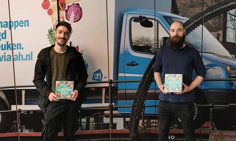 Adam en zijn broer bij hun werk in Nederland